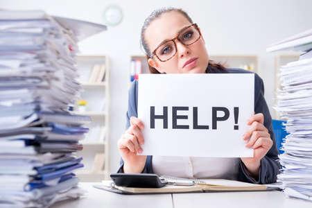 Empresaria pidiendo ayuda en la oficina
