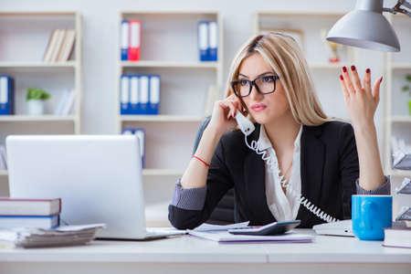 Busineswoman sfrustrowany pracy w biurze Zdjęcie Seryjne