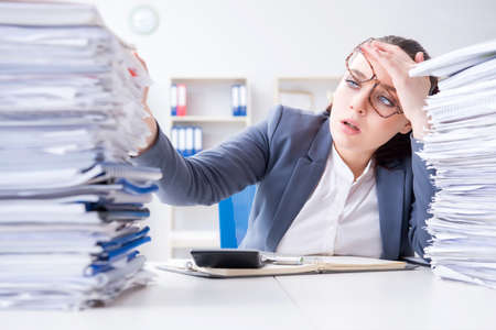 Vermoeide zakenvrouw met papierwerk werklast Stockfoto