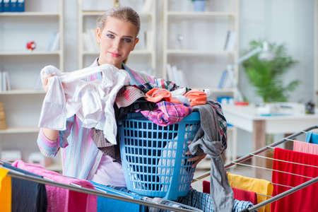 疲れ落ち込んだ主婦が洗濯をする