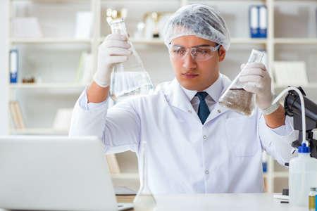 investigador científico joven haciendo una prueba de agua de la fruta de rorschach
