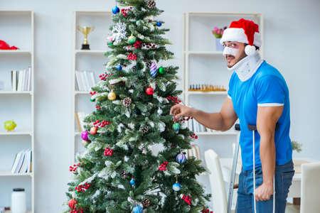 Homem ferido comemorando o Natal em casa Foto de archivo - 87264455
