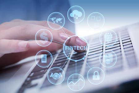 Handen werken op laptop in financiele technologie fintech concept Stockfoto