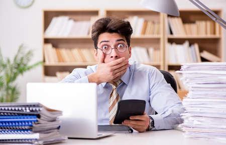 사무실에서 일하는 회계사 회계사 스톡 콘텐츠