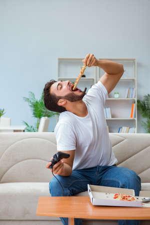 Fleisch fressende Pizza, die ein entspannendes Stillstehen des Takeaway zu Hause hat