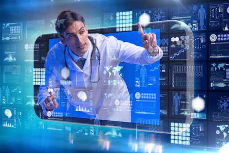 Telemedizin-Konzept mit Arzt und Smartphone Standard-Bild - 87743469