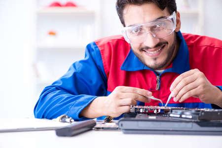Schlosser, der in der technischen Unterstützung repariert Computerlaptop tr arbeitet Standard-Bild