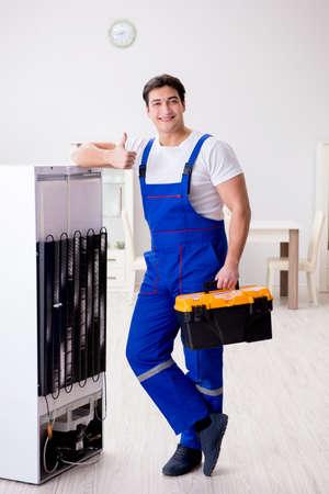 Reparateurcontractant die koelkast in DIY-concept herstellen