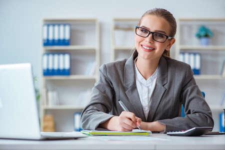사무실에서 일하는 젊은 사업가 회계사