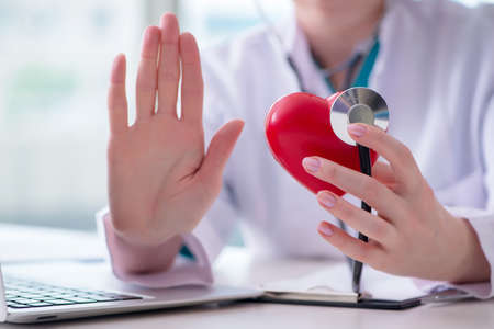 Doctor, comprobación, arriba, corazón, médico, concepto Foto de archivo - 88074122