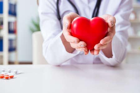 Cardiólogo médico con el corazón rojo en el hospital Foto de archivo - 88091150