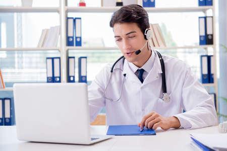 遠隔医療コンセプトの若い男性医師