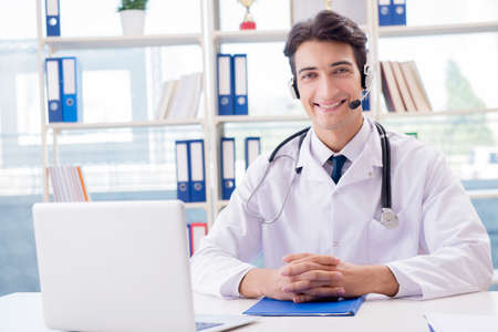 Jonge mannelijke arts in telehealthconcept Stockfoto - 88106910