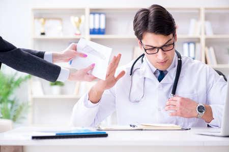 Joven médico en concepto de fraude de seguro médico Foto de archivo
