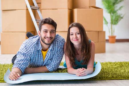 Giovane pianificazione familiare casa rinnovamento nel concetto di fai da te Archivio Fotografico - 88163861