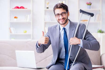 松葉杖と骨折を家で実業家の作業