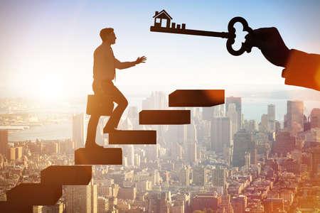 Homme d'affaires détenant la clé dans le concept immobilier