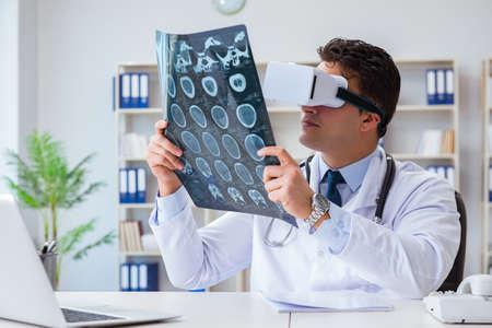 doctor joven que mira la resonancia magnética a través de vr gafas