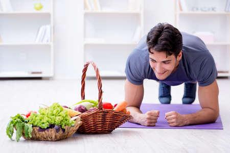 Man die de voordelen van gezond eten en sporten promoot Stockfoto - 88419077