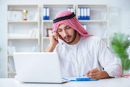 아랍 사업가 서류 일을하는 사무실에서 일하고