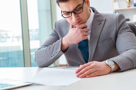 Biznesmen podpisuje biznesowych dokumenty w biurze Zdjęcie Seryjne