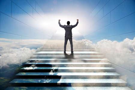 Zakenman die op uitdagende carrièreladder in bedrijfsconcept beklimmen Stockfoto - 88834458