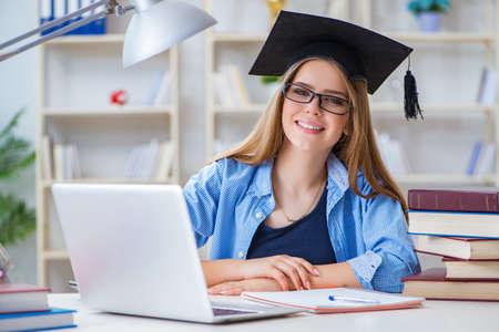 Junge weibliche Studentin, die sich zu Hause für Prüfungen vorbereitet