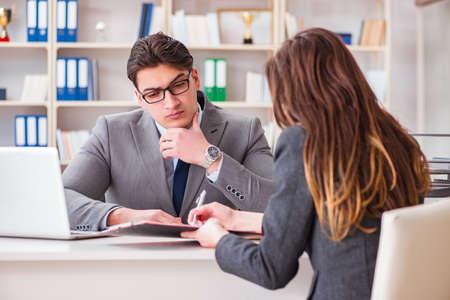 Geschäftstreffen zwischen Geschäftsmann und Geschäftsfrau Standard-Bild - 89034376