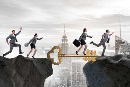 成功へのキーに向かってお互いを追うビジネス人々