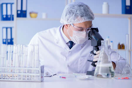 Man in the lab testing new cleaning solution detergent Фото со стока - 88935431