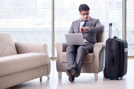 フライトを待っている空港ビジネス ラウンジで青年実業家 写真素材