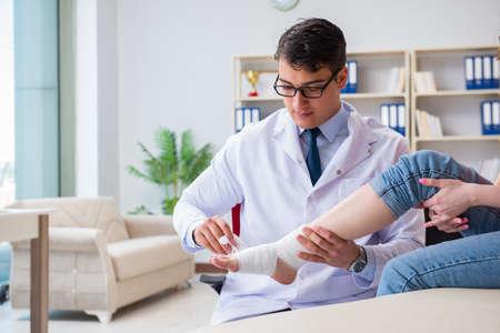 医師と患者が病院で傷害のチェック アップ中