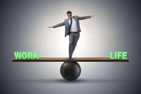 Geschäftsmann, der zwischen Arbeit und dem Leben im Geschäftskonzept balanciert
