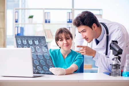 Dos médicos hablando de imagen de rayos x MRI en el hospital