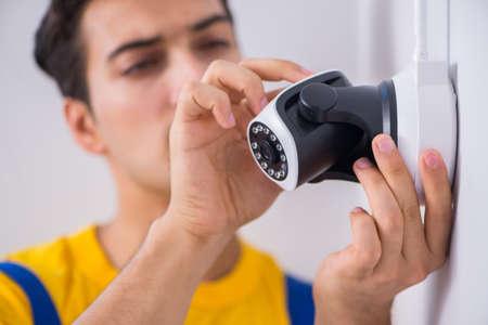 Auftragnehmer, der Überwachung CCTV-Kameras im Büro installiert Standard-Bild - 89665428