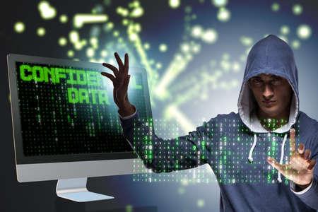 Hakker met een kap in het concept van de de computerbeveiliging van de gegevens Stockfoto