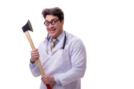 Grappige arts met bijl op wit wordt geïsoleerd