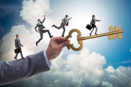 Bedrijfsmensen die elkaar achterna zitten tot de sleutel tot succes Stockfoto