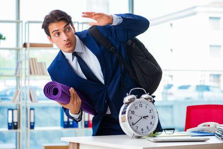 Man klaar voor sport pauze op kantoor