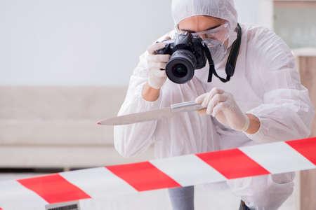 Forensiker am Tatort macht Ermittlungen Standard-Bild - 89782145