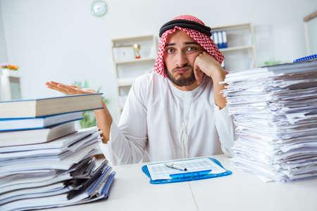 아랍 사업가 서류와 일을 파이에서 일하고 파이