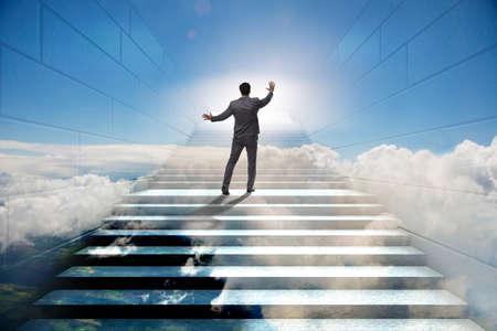 Zakenman die op uitdagende carrièreladder in mede zaken beklimmen Stockfoto - 90156719