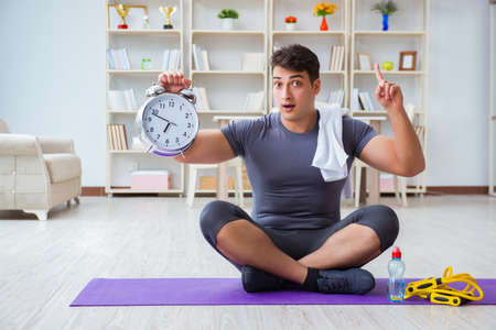Young man exercising at home in sports and healthy lifestyle con 免版税图像 - 90170402