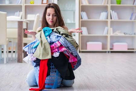 家庭での洗濯をして強調した女性