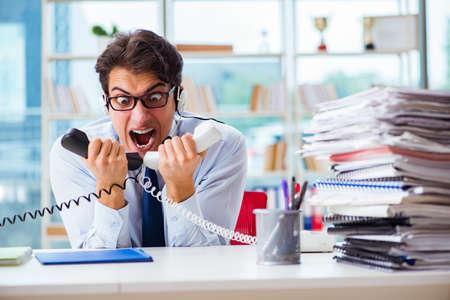 Unglückliche verärgerte Call-Center-Arbeitskraft frustriert mit Arbeitsbelastung