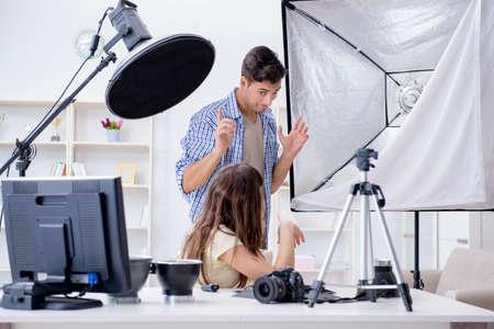 写真スタジオで働く若手写真家