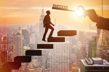 Uomo d'affari salendo la scala della carriera del successo Archivio Fotografico - 90812235