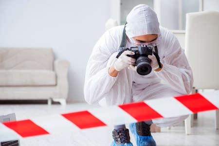 Forensische deskundige op het gebied van misdaden doet onderzoek Stockfoto