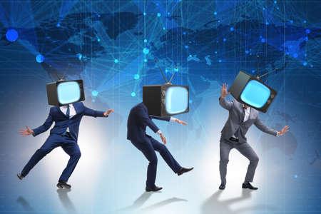머리 대신 남자와 TV 세트로 미디어 좀비 개념 스톡 콘텐츠