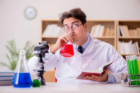 研究室での実験を行うマッドサイエンティストの狂った医者